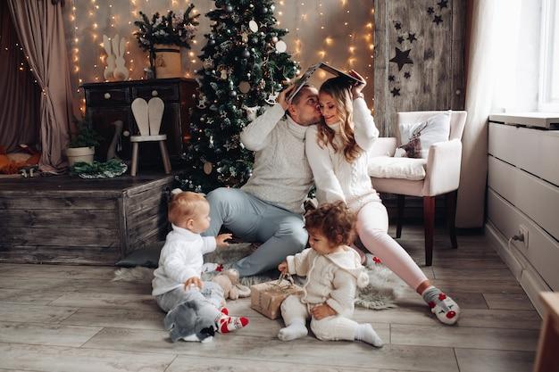 Família alegre com laptop e filhos.
