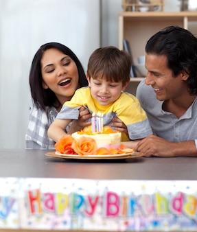 Família alegre comemorando o aniversário do filho