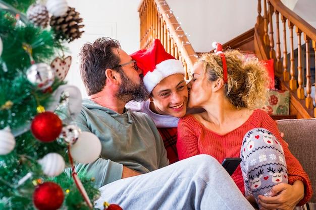 Família alegre e feliz curtindo a manhã de natal em casa