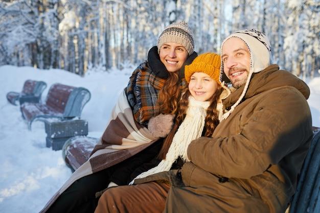Família alegre em winter park
