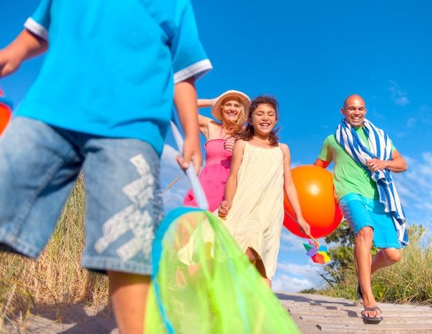 Família alegre indo para a praia