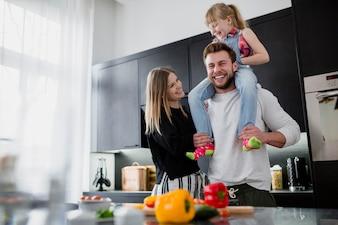 Família alegre na cozinha