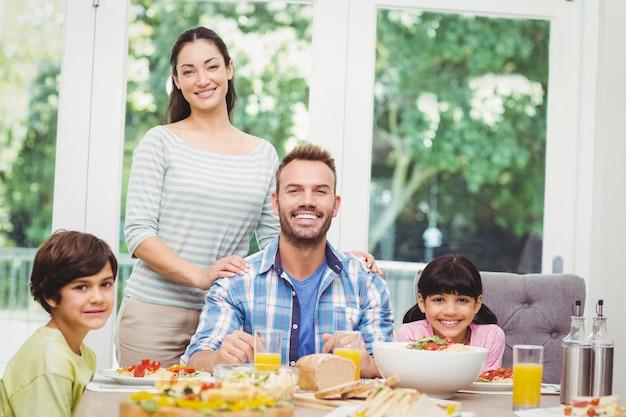 Família alegre na mesa de jantar
