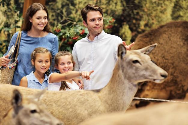Família alegre no museu da natureza