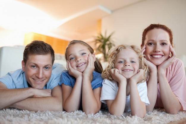 Família alegre no tapete