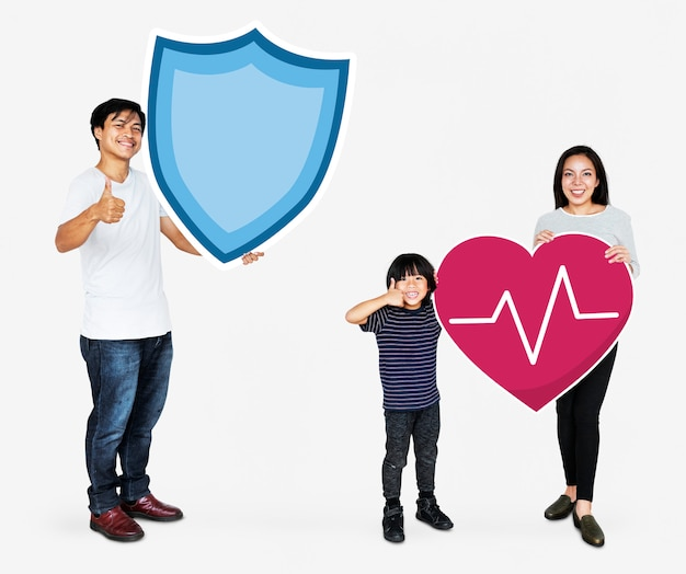 Família alegre segurando ícones de seguro de vida