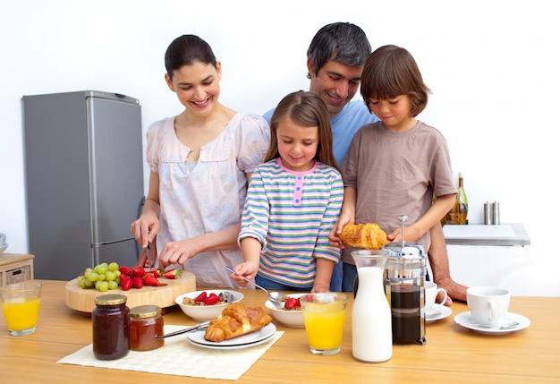 Família alegre tendo um café da manhã