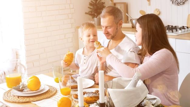 Família alegre tomando café da manhã juntos