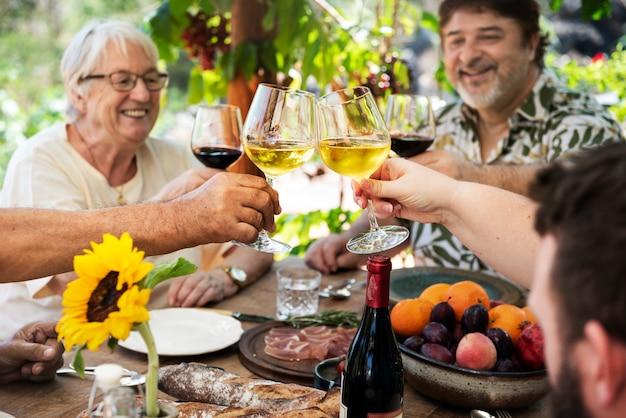 Família alegre torcendo com vinho