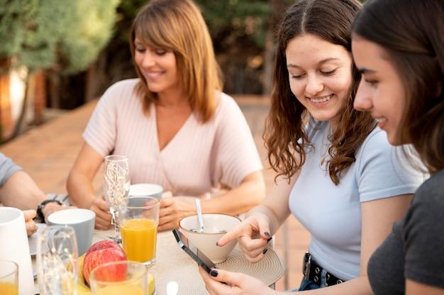 Família almoçando ao ar livre