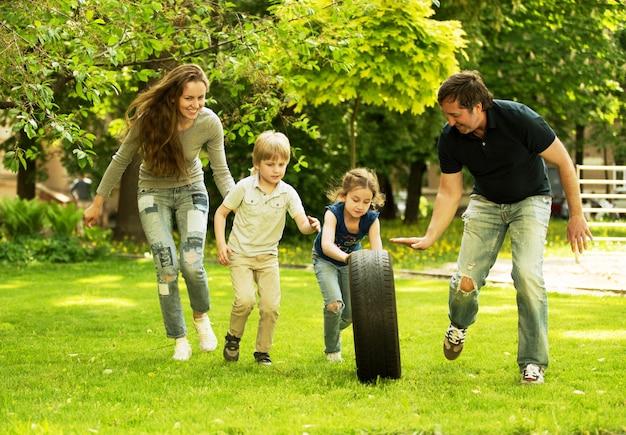 Família amigável e alegre fazendo um piquenique.