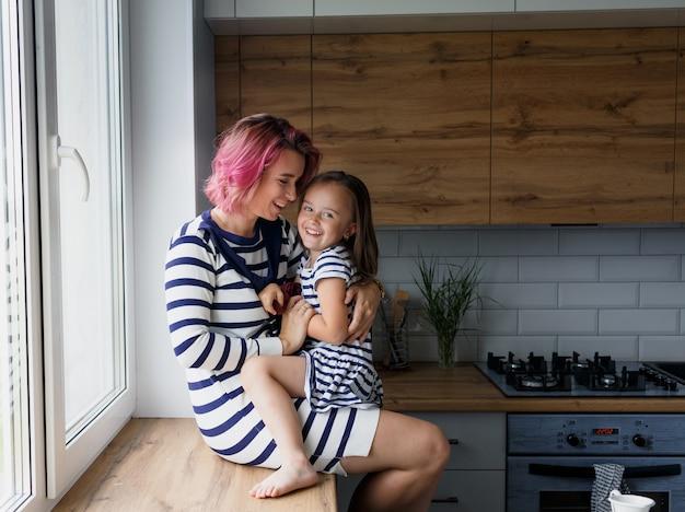 Família amorosa e feliz preparando uma padaria juntos