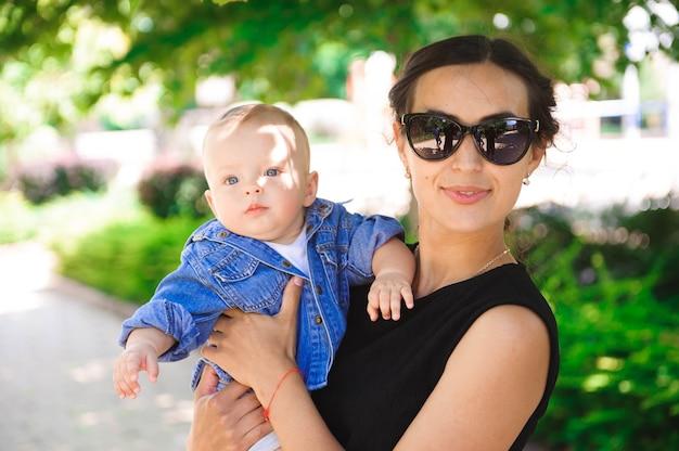 Família amorosa feliz. mãe e filho brincando e se abraçando no parque
