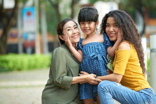 Família amorosa posando para fotografia