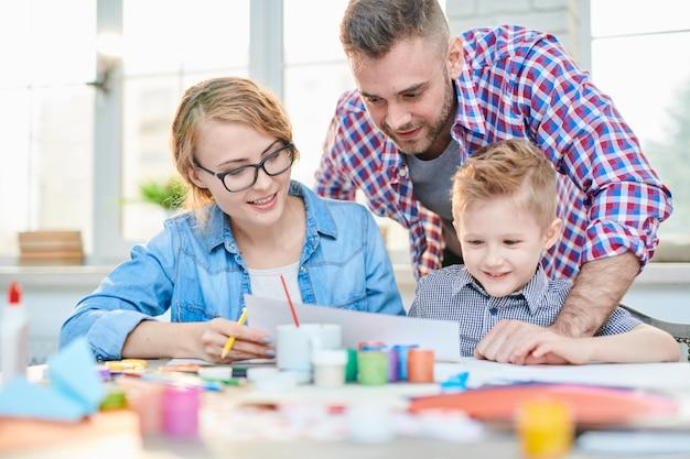 Família amorosa que expressa criatividade