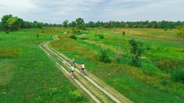 Família andando de bicicleta em bicicleta vista aérea de cima