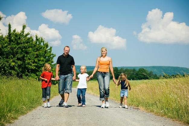 Família andando por um caminho