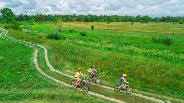Família, andar de bicicleta em bicicletas ao ar livre vista aérea de cima, feliz mãe ativa com as crianças se divertir, esporte familiar e fitness