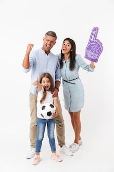 Família animada assistindo futebol