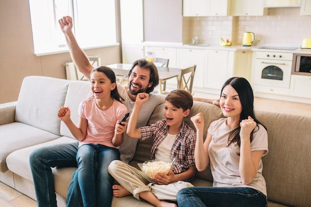 Família animada e muito feliz está aproveitando