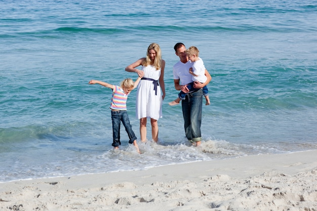Família animada se divertindo na praia