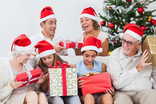 Família animada trocando presentes no natal