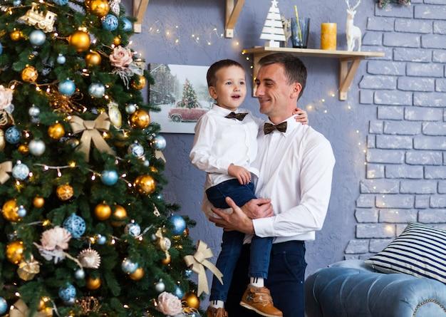 Família ao lado de uma árvore de natal em casa