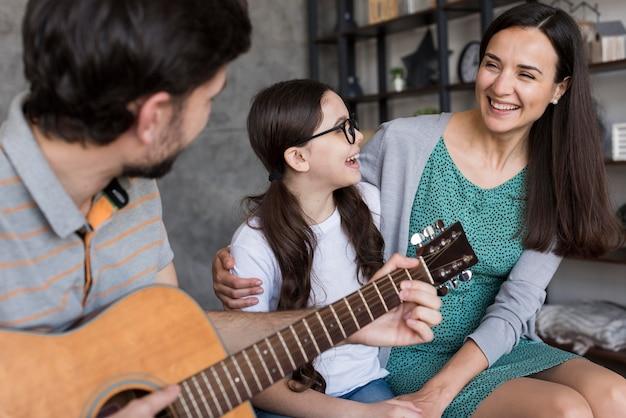 Família aprendendo a tocar instrumento