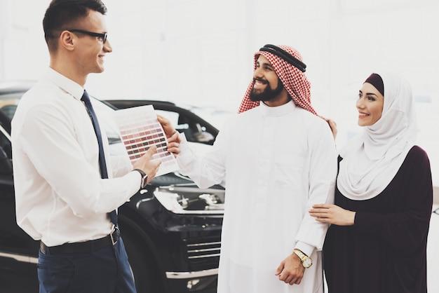 Família árabe e negociante pessoas escolher carro interior
