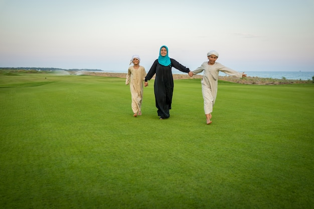 Família árabe em prado verde na natureza