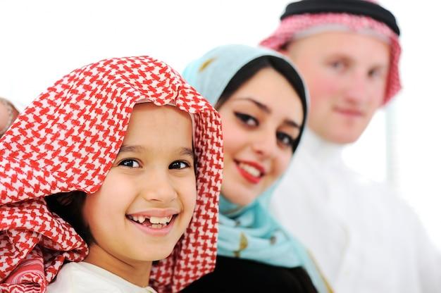 Família árabe feliz em casa