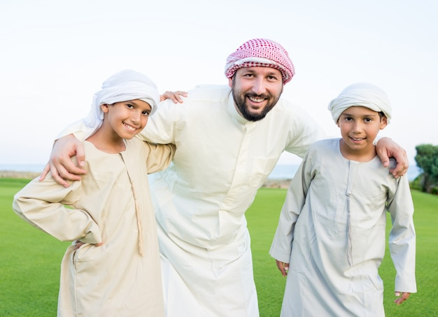 Família árabe feliz em férias de verão