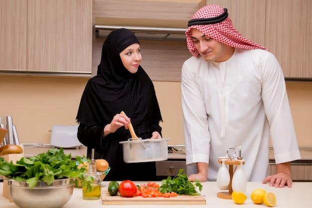 Família árabe jovem na cozinha