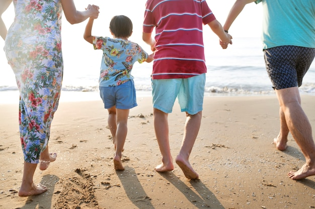 Família asiática brincando na praia