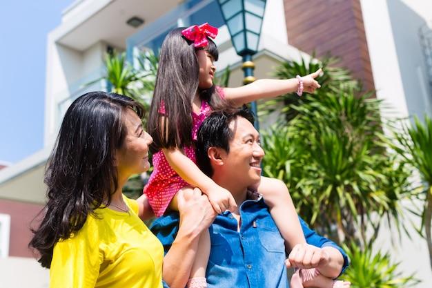 Família asiática, com, criança fica, frente, casa