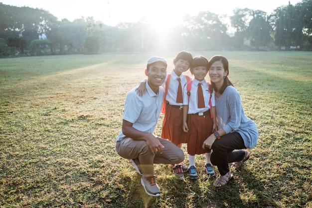 Família asiática com filho de estudante do ensino fundamental