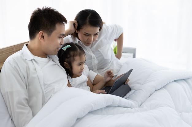 Família asiática com um tablet digital