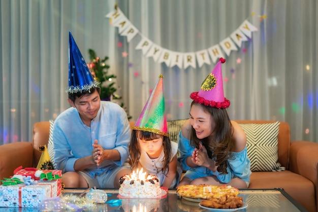 Família asiática comemorando aniversário