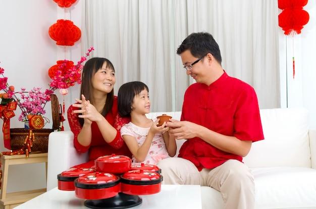 Família asiática comemorando o ano novo chinês