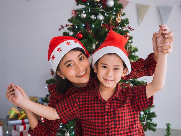 Família asiática comemorando o natal em casa, mãe e filho, feliz e engraçado no dia de natal