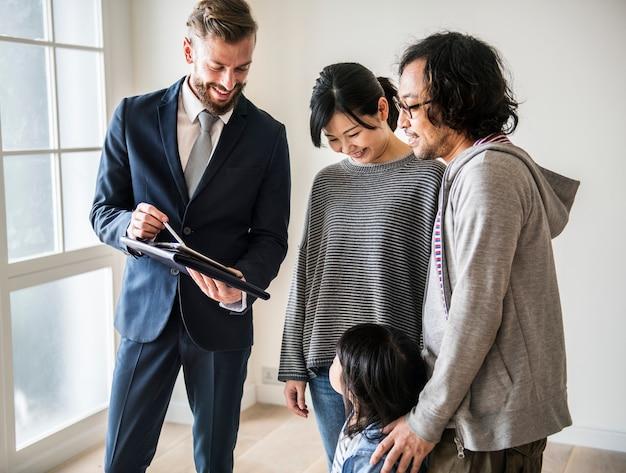 Família asiática comprar casa nova