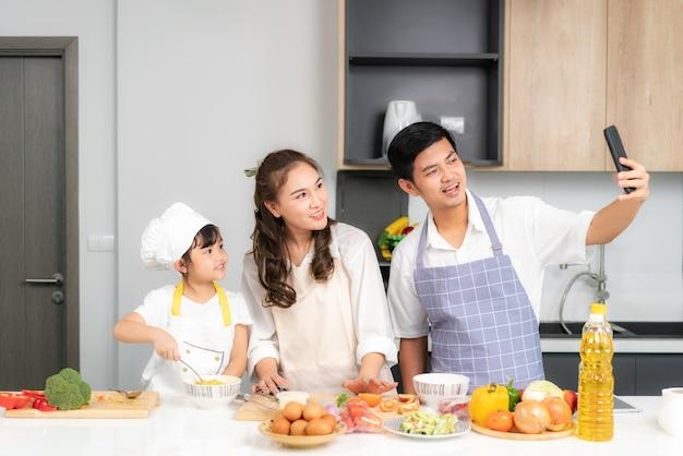 Família asiática cozinhando junta