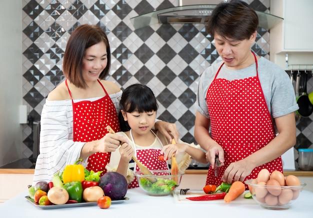 Família asiática cozinhar na cozinha