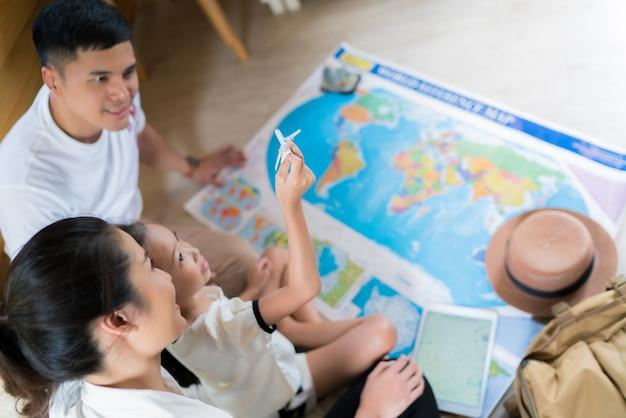 Família asiática está planejando para todo o mundo. o plano de foco da imagem estava carregando uma criança.