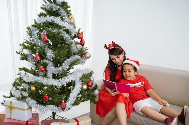Família asiática feliz comemorando o natal juntos em casa