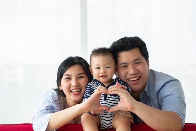 Família asiática feliz em casa junto com seu filho.