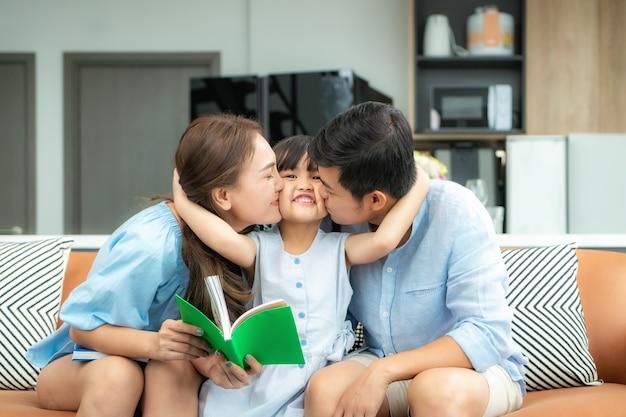 Família asiática feliz em casa lendo