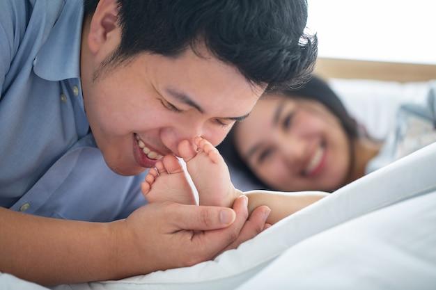 Família asiática feliz junta em casa