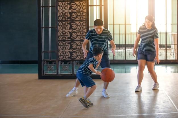 Família asiática jogando basquete juntos