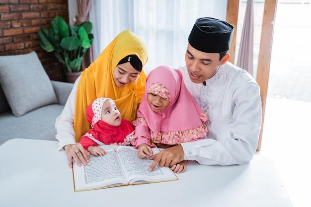 Família asiática lendo alcorão juntos